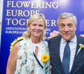 Annie met voorzitter Antonio Tajani (Voorzitter Europees Parlement) tijdens tuinfeest MEP-vereniging